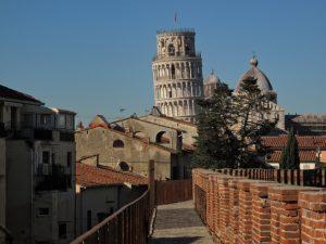 passeggiata sulle mura di pisa - torre pendente