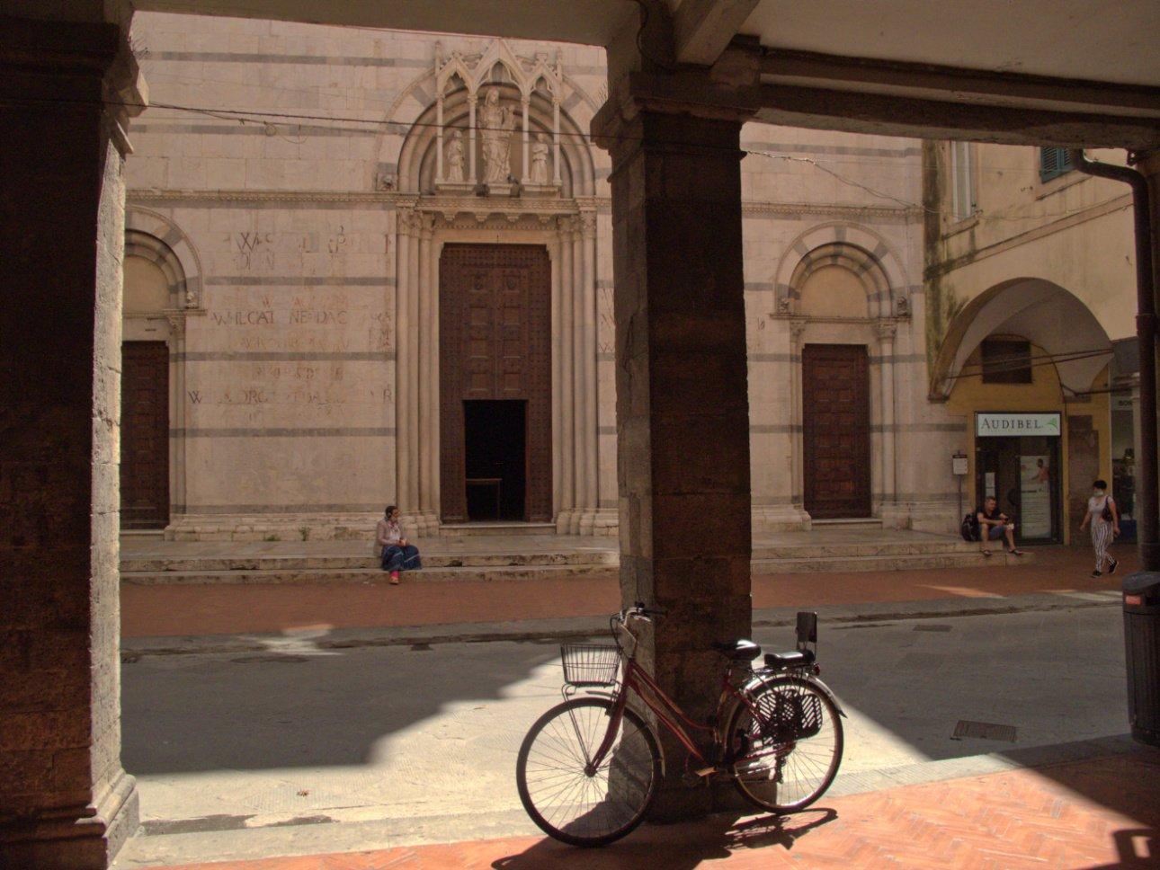 pisa in bici - borgo stretto - chiesa di san michele in borgo